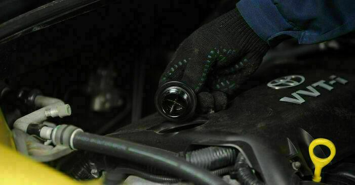 Sostituendo Filtro Olio su Toyota Yaris p1 2002 1.0 (SCP10_) da solo