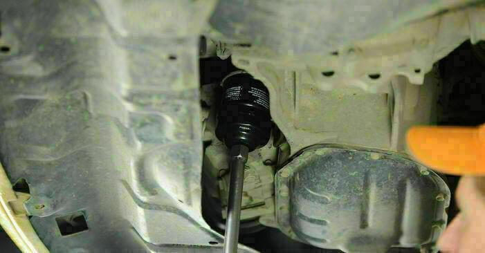 Wie TOYOTA YARIS 1.5 (NCP13_) 2003 Ölfilter ausbauen - Einfach zu verstehende Anleitungen online