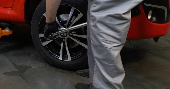 Wie schwer ist es, selbst zu reparieren: Bremsbeläge PEUGEOT 107 1.0 2011 Tausch - Downloaden Sie sich illustrierte Anleitungen