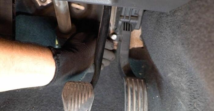 Kuinka vaihtaa Raitisilmasuodatin Volvo v50 mw 2003 -autoon - ilmaiset PDF- ja video-oppaat