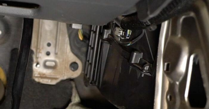 Kuinka vaikeaa on tehdä itse: Raitisilmasuodatin-osien vaihto Volvo v50 mw 2.4 D5 2009 -autoon - lataa kuvitettu opas