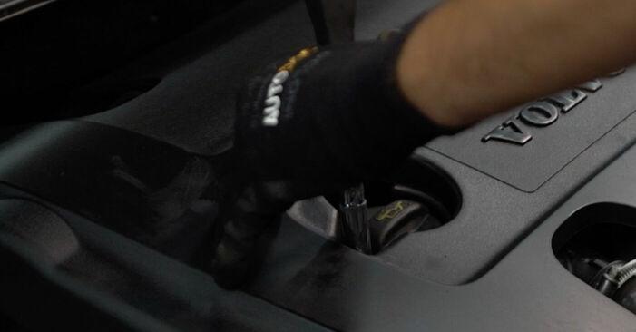 Wechseln Ölfilter am VOLVO V50 (MW) 2.4 2006 selber