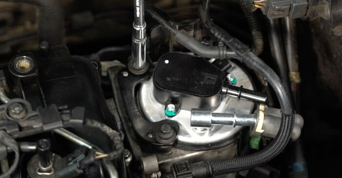 Austauschen Anleitung Kraftstofffilter am Volvo v50 mw 2003 2.0 D selbst
