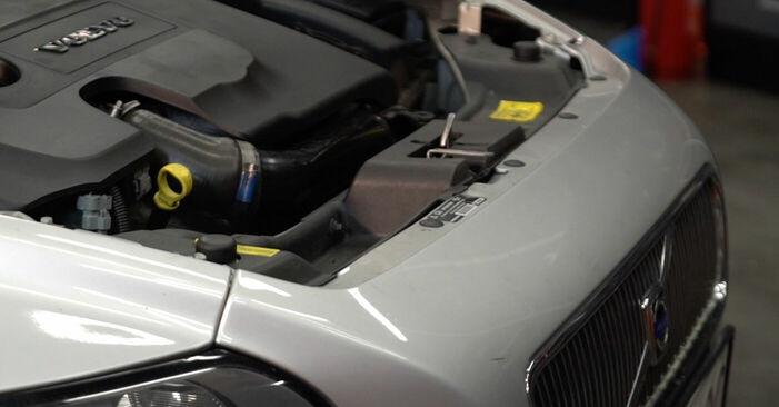 Wechseln Kraftstofffilter am VOLVO V50 (MW) 2.4 2006 selber