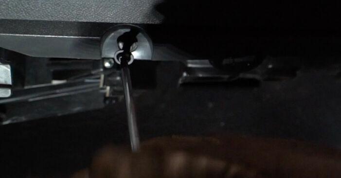 Kaip nuimti OPEL ZAFIRA 1.6 CNG (M75) 2009 Oro filtras, keleivio vieta - nesudėtingos internetinės instrukcijos