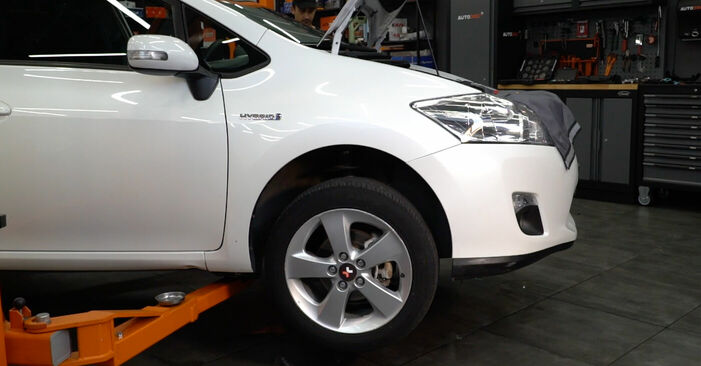 Wechseln Bremsscheiben am TOYOTA AURIS (NRE15_, ZZE15_, ADE15_, ZRE15_, NDE15_) 1.8 Hybrid (ZWE150_) 2009 selber