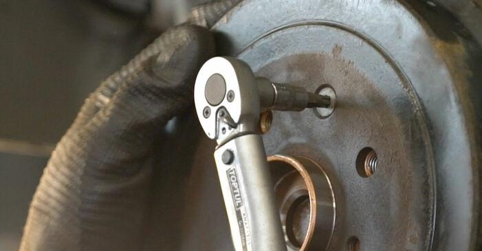 Kuinka vaikeaa on tehdä itse: Pyöränlaakerit-osien vaihto CITROËN C1 (PM_, PN_) 1.0 2011 -autoon - lataa kuvitettu opas
