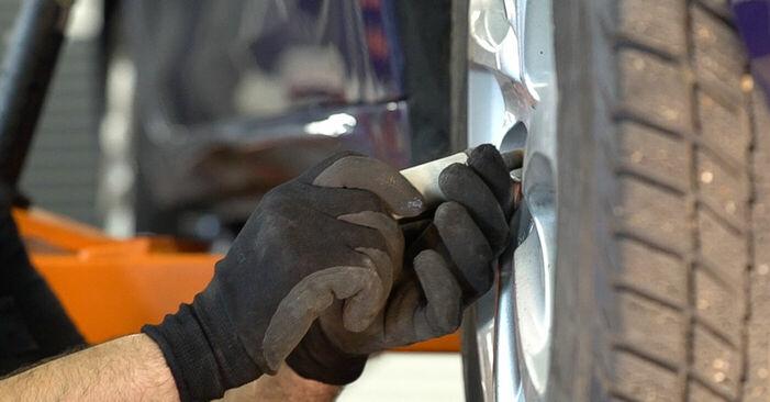 Austauschen Anleitung Federn am Peugeot 208 1 2013 1.4 HDi selbst