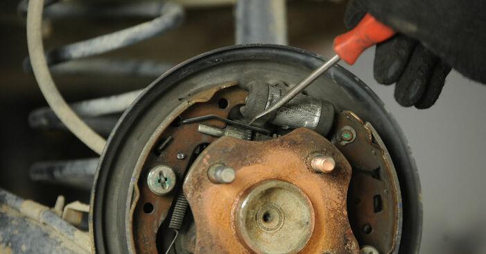 Quão difícil é efetuar a substituição de Tambor de Travão no Toyota Yaris p1 1.0 (SCP10_) 2005 por si mesmo - descarregue o guia ilustrado