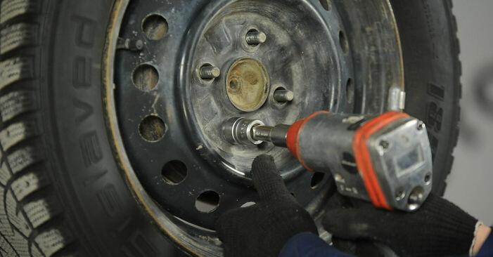 Substituição de Toyota Yaris p1 1.4 D-4D (NLP10_) 2001 Tambor de Travão: manuais gratuitos de oficina