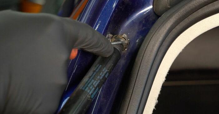 Kuinka vaikeaa on tehdä itse: Takaluukun Kaasujousi-osien vaihto Passat 3c 1.4 TSI EcoFuel 2011 -autoon - lataa kuvitettu opas
