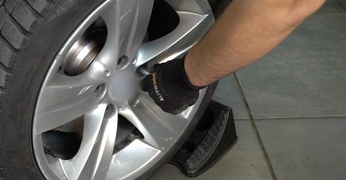 Wie schwer ist es, selbst zu reparieren: Bremsscheiben Mercedes W202 C 250 D 2.5 (202.125) 1999 Tausch - Downloaden Sie sich illustrierte Anleitungen