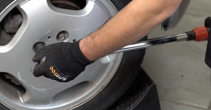 Sustitución de Pastillas De Freno en un Mercedes W202 C 250 2.5 Turbo Diesel (202.128) 1995: manuales de taller gratuitos