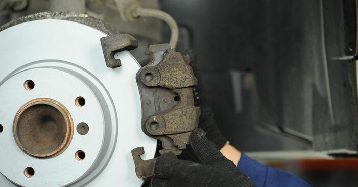 BMW 3 SERIES 318d 2.0 Bremsbeläge ausbauen: Anweisungen und Video-Tutorials online