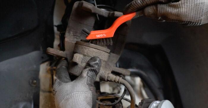 Wie schwer ist es, selbst zu reparieren: Bremsscheiben Mercedes W245 B 180 1.7 (245.232) 2011 Tausch - Downloaden Sie sich illustrierte Anleitungen