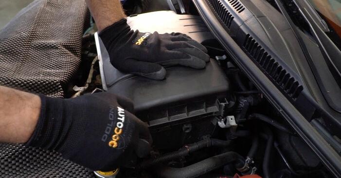 Consigli passo-passo per la sostituzione del fai da te Toyota Aygo ab1 2008 1.4 HDi Filtro Aria