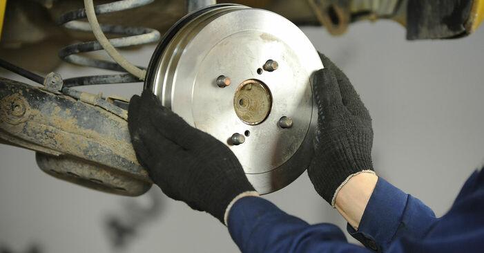 Bremsbacken am TOYOTA Yaris Schrägheck (_P1_) 1.3 4WD (NCP15) 2004 wechseln – Laden Sie sich PDF-Handbücher und Videoanleitungen herunter