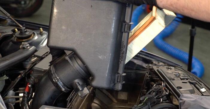 Wie schwer ist es, selbst zu reparieren: Luftfilter Volvo V70 SW 2.4 D 2005 Tausch - Downloaden Sie sich illustrierte Anleitungen