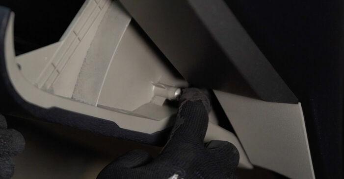 Så byter du TOYOTA PRIUS Hatchback (NHW20_) 1.5 (NHW2_) 2001 Kupefilter – manualer och videoguider att följa steg för steg