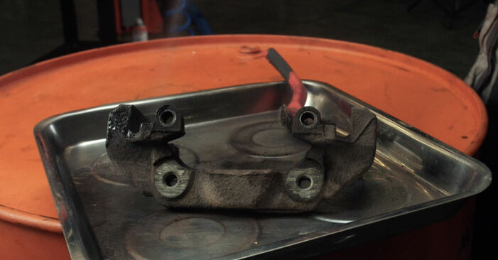 Wie Bremsscheiben FORD Fiesta Mk5 Schrägheck (JH1, JD1, JH3, JD3) 1.4 16V 2002 austauschen - Schrittweise Handbücher und Videoanleitungen