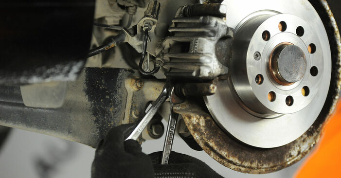Så byter du Bromsbelägg på VW Golf V Hatchback (1K1) 2002: ladda ned PDF-manualer och videoinstruktioner