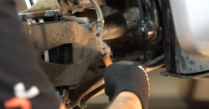 Bremsschläuche beim SKODA FABIA 1.9 TDI 2006 selber erneuern - DIY-Manual