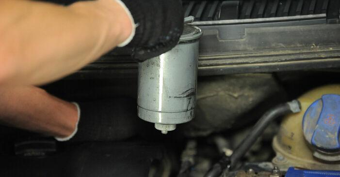 Wie schwer ist es, selbst zu reparieren: Kraftstofffilter VW Sharan 1 2.8 V6 24V 2001 Tausch - Downloaden Sie sich illustrierte Anleitungen