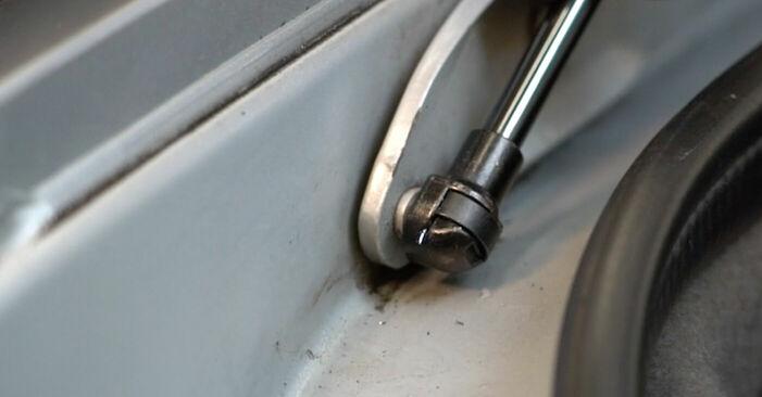 Austauschen Anleitung Heckklappendämpfer am BMW E39 1996 523i 2.5 selbst