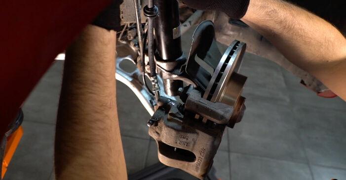 Tausch Tutorial Bremsschläuche am BMW 3 Cabrio (E46) 2002 wechselt - Tipps und Tricks