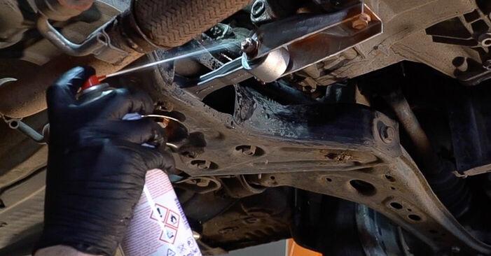 Schritt-für-Schritt-Anleitung zum selbstständigen Wechsel von Skoda Fabia 6y5 2002 1.4 TDI Getriebeöl und Verteilergetriebeöl