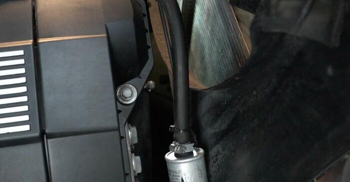 Tauschen Sie Keilrippenriemen beim BMW 5 Limousine (E39) 520i 2.0 1993 selbst aus