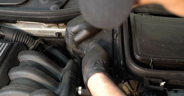 Wie kompliziert ist es, selbst zu reparieren: Bremsbeläge am BMW E39 525i 2.5 2001 ersetzen – Laden Sie sich illustrierte Wegleitungen herunter