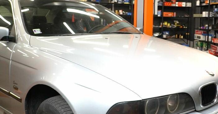 BMW 5 SERIES 2002 Bremsbeläge Schrittweise Anleitungen zum Wechsel von Autoteilen