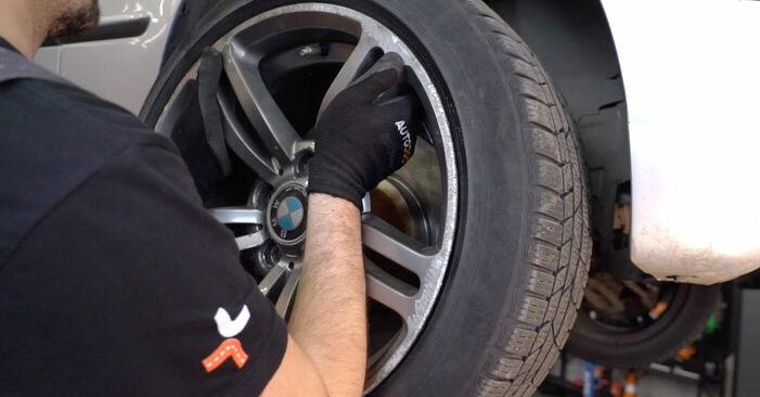 Kuinka vaihtaa Kallistuksenvakaajan Puslat BMW 3 Touring (E46) 1998 -autoon - ilmaiset PDF- ja video-oppaat