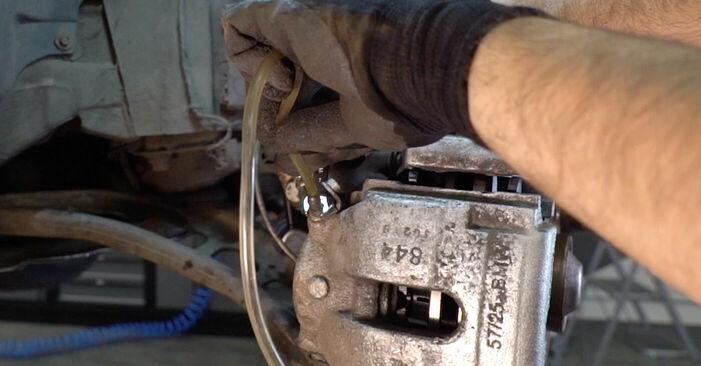 Bremsschläuche beim BMW 3 SERIES 318i 1.9 2005 selber erneuern - DIY-Manual