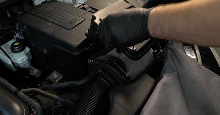 Tauschen Sie Luftfilter beim AUDI A3 Schrägheck (8P1) 2.0 TDI 2006 selbst aus