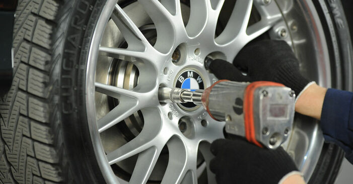 Колко време отнема смяната: Спирачни Накладки на BMW E39 2003 - информативен PDF наръчник