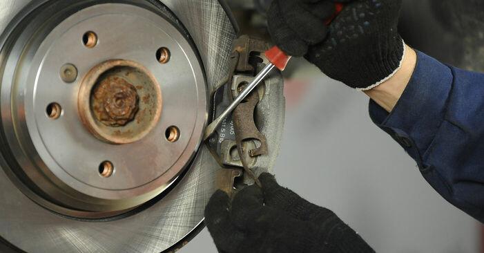 Как да сменим Спирачни Накладки на BMW 5 (E39) 2000: свалете PDF наръчници и видео инструкции