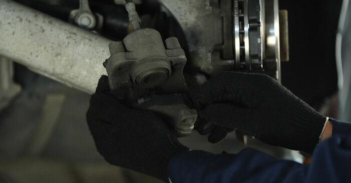 Hinweise des Automechanikers zum Wechseln von BMW 5 Limousine (E39) 528i 2.8 2000 Bremssattel