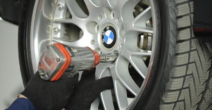 Ersetzen Sie Bremssattel am BMW 5 Limousine (E39) 520i 2.0 1998 selber