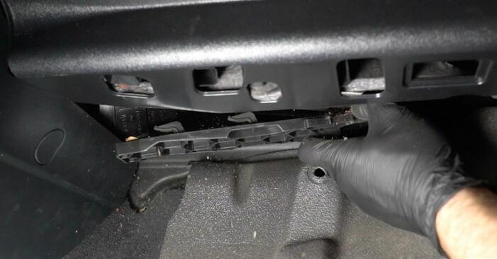 Wechseln Innenraumfilter am AUDI A3 Schrägheck (8P1) 2.0 TDI 2006 selber