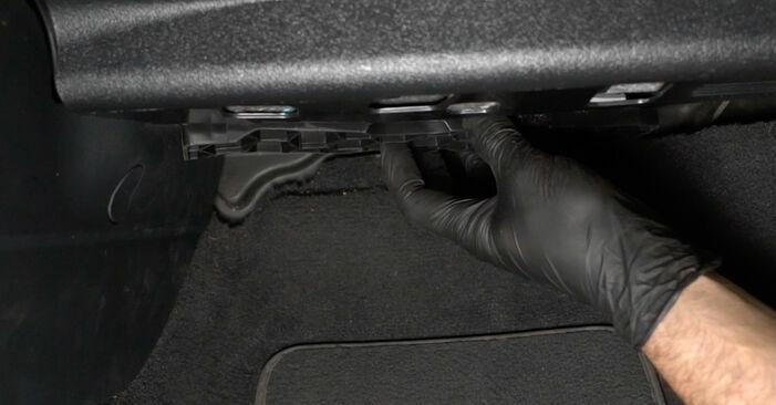 Wie schwer ist es, selbst zu reparieren: Innenraumfilter Audi A3 8p1 1.6 TDI 2009 Tausch - Downloaden Sie sich illustrierte Anleitungen