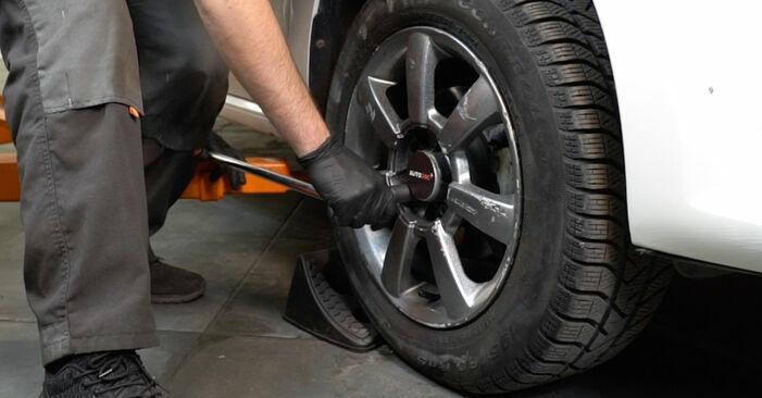 Wie man VW Polo Limousine (602, 604, 612, 614) 1.6 TDI 2010 Querlenker wechselt - Schritt-für-Schritt-Leitfäden und Video-Tutorials