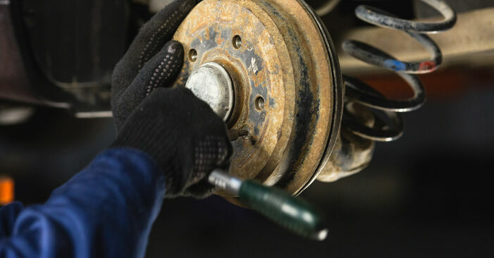 Bremstrommel beim MERCEDES-BENZ A-CLASS A 210 2.1 (168.035, 168.135) 2004 selber erneuern - DIY-Manual