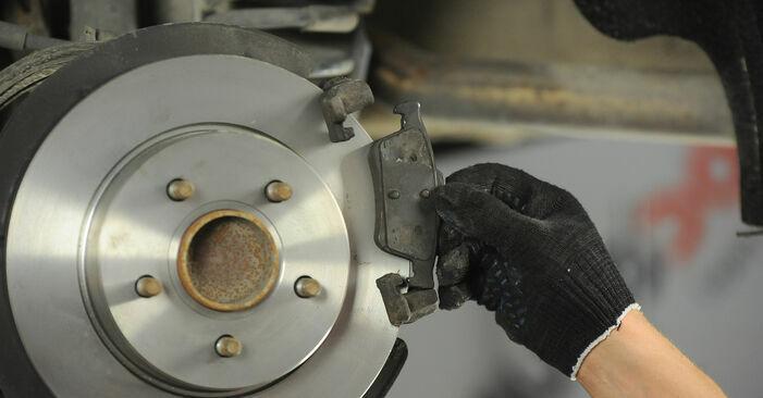 Tauschen Sie Bremsbeläge beim FORD FOCUS II (DA_) 2005 1.6 TDCi selber aus