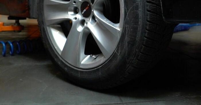 Wymień samodzielnie Wahacz w BMW 5 Sedan (E60) 520i 2.2 2004