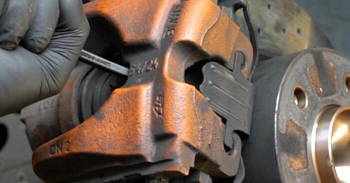Cambio Discos de Freno en BMW E82 2008 no será un problema si sigue esta guía ilustrada paso a paso