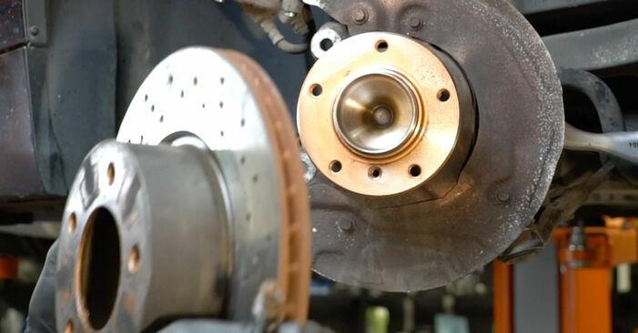 Sustitución de Discos de Freno en un BMW E82 123d 2.0 2008: manuales de taller gratuitos