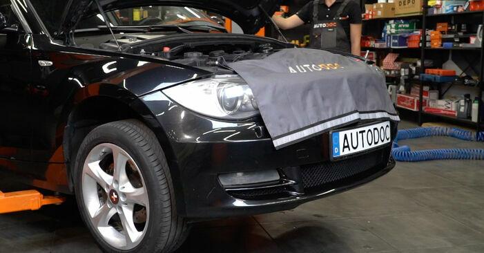 Wie schmierig ist es, selber zu reparieren: Domlager beim BMW E82 120i 2.0 2007 wechseln – Downloaden Sie sich Bildanleitungen