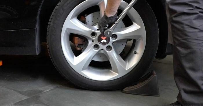 Tauschen Sie Domlager beim BMW 1 Coupe (E82) 118d 2.0 2004 selbst aus